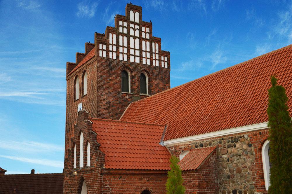 kulbrændte rustikke vingetagsten rød på kirke