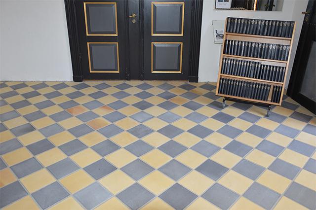 gule-og-blådæmpede-gulvtegl-Almind-kirke